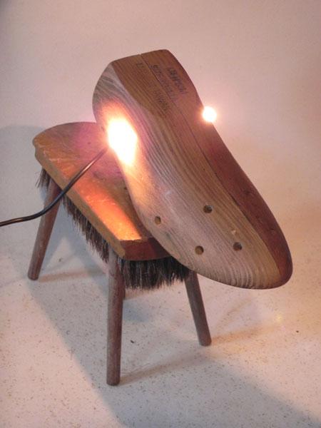 Sculpture détournement d'objets en bois. Assemblage d'un embauchoir, d'une brosse et quatre manches de fourchette à fondue. Sculpture chien, lumière