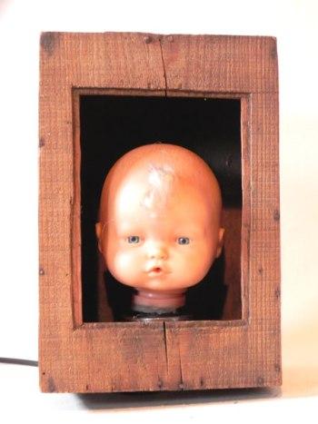 Tête de baigneur lumineux dans une vieille boite en bois.