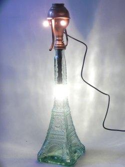 Assemblage lumineux personnage tour Eiffel. Lampe sculpture.