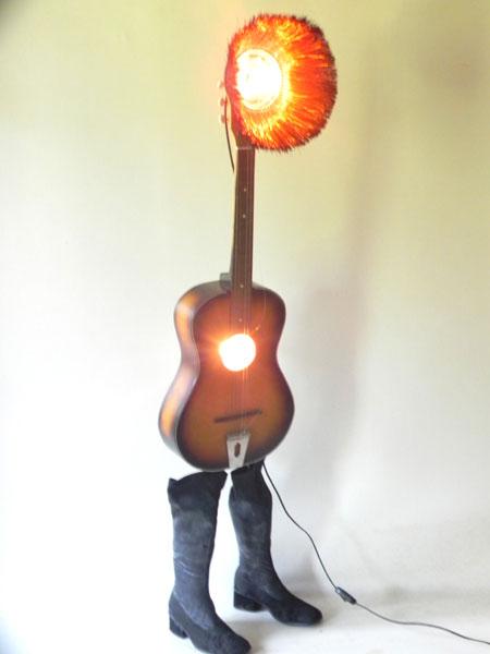 Sculpture assemblage lumineux guitare et bottes.