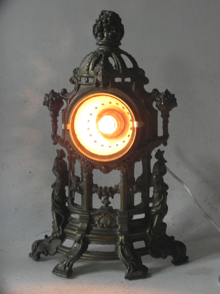 Détournement lumineux d'horloge cassée. Décor travaillé en fonte patinée.