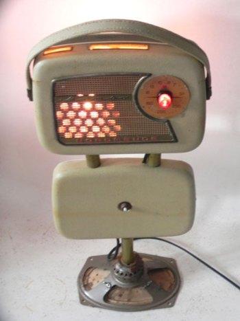 Sculpture radio vintage lumineuse. Radio démontée et recomposée.