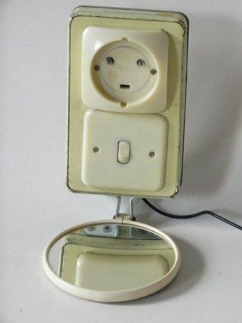 Recyclage prise et inter sur une boite en métal. Composants électriques beige, boite à cigare, miroir.