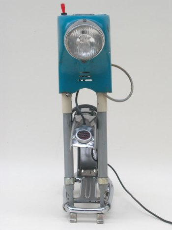 Assemblage lumineux morceaux de mobylette, moto, garde boue, porte bagage, catadioptre, phare. Vintage, bleu, crème, gris.