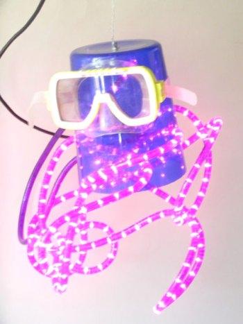 Détournement d'objets en plastique. Assemblage d'un sceau à glaçons bleu, masque de plongée, lumistyle violet.