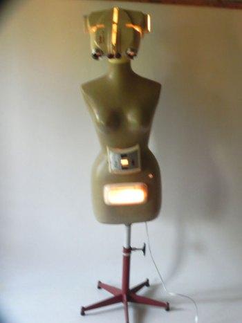 Robot mannequin projecteur Kodak. Assemblage lumineux de 2 projecteurs diapositive KODAK, avec un mannequin en plastique sur un pied de chaise de bureau,