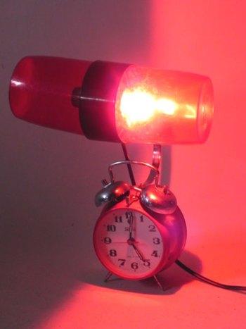 Sculpture réveil et shaker lumineux rouge.