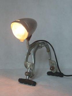 Optique de vélo ancien sur frein avec patins. Assemblage d'aluminium. Lampe sur pattes.