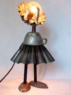Sculpture lumineuse cuisine, assemblage de moule à brioche, tasse, moule à barquettes, petite cuillère, bol.