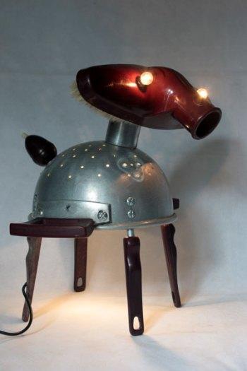 Sculpture éléphant passoire et aspirateur. avec poignées de passoire et de louches, interrupteur poire. Lampe sculpture figurative.