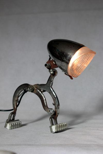 Lampe vélo vintage. Assemblage d'un feu sur un étrier de frein. Recyclage pièces détachées, détournement.