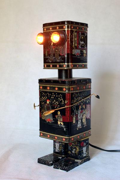 Robot en boites à thé. Assemblage de boites métalliques, recyclage d'emballage. Détournement lumineux.