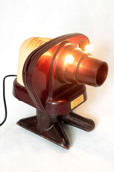 """Eléphant """"View master"""" projecteur sur deux embouts d'aspirateur . Sculpture bakélite, détournement d'objets vintage."""