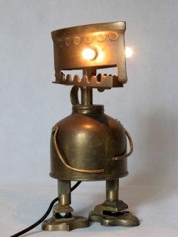 Personnage en laiton avec fer à repasser boite décorative, vaporisateur, pièces de crochets.