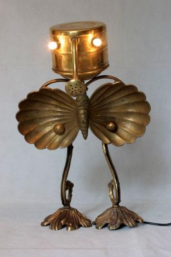 Animal en laiton, assemblage d'un arrosoir. assiette apéro en forme de papillon, pavillon et branche d'applique.