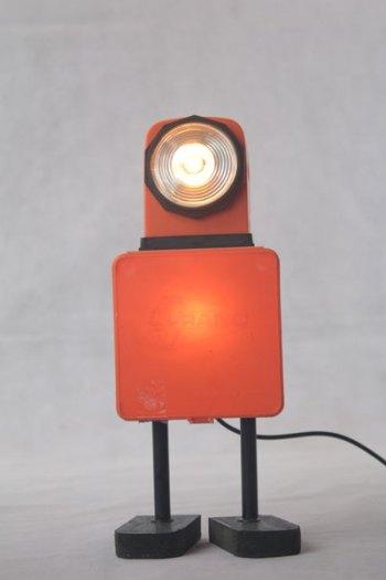 """Robot orange avec objets vintages. Assemblage d'une lampe de voyage et d'une boite de colliers de plomberie """"Franc""""."""