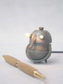Détournement d'ustensiles de cuisine miniatures. métal patiné.