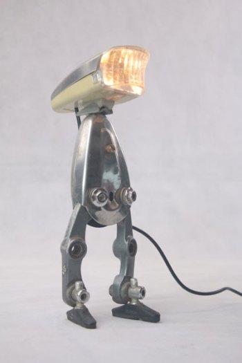 Personnage lumineux avec optique de vélo sur étrier de frein . inox, plastique.