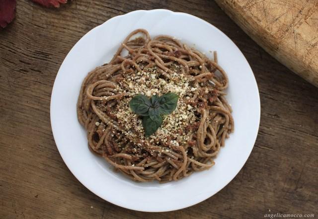 spaghetti di grano saraceno con sugo di radicchio