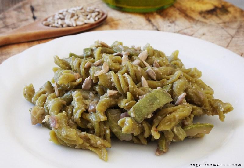 pasta di piselli con zucchine e salsa di semi di girasole