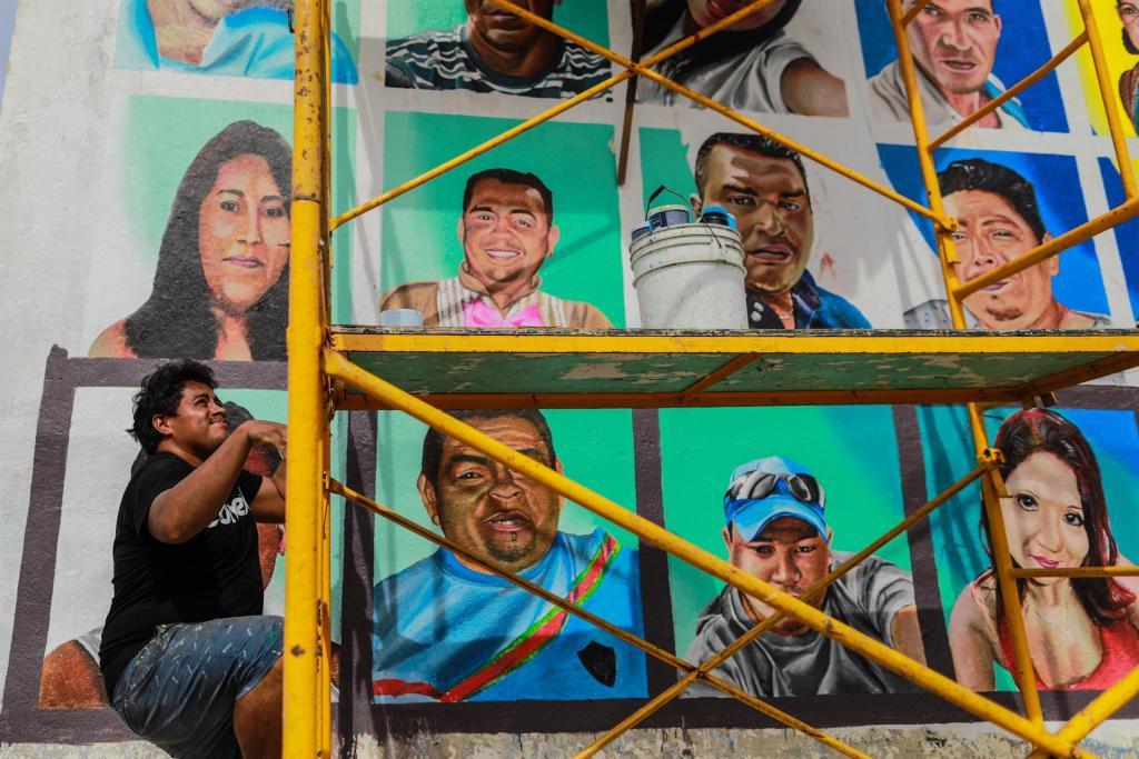 Pintan rostros de desaparecidos en un mural de la playa mexicana de Acapulco