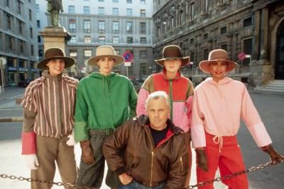 Giorgio Armani With Models, 1982. da/from www.corbis.com