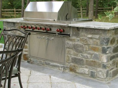 quarry cut stone vaneer_outdoor kitchen lifestyle image LS