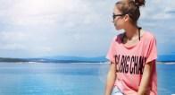絶対似合う!この夏の流行「ロゴTシャツ」を大人っぽく着こなすには?
