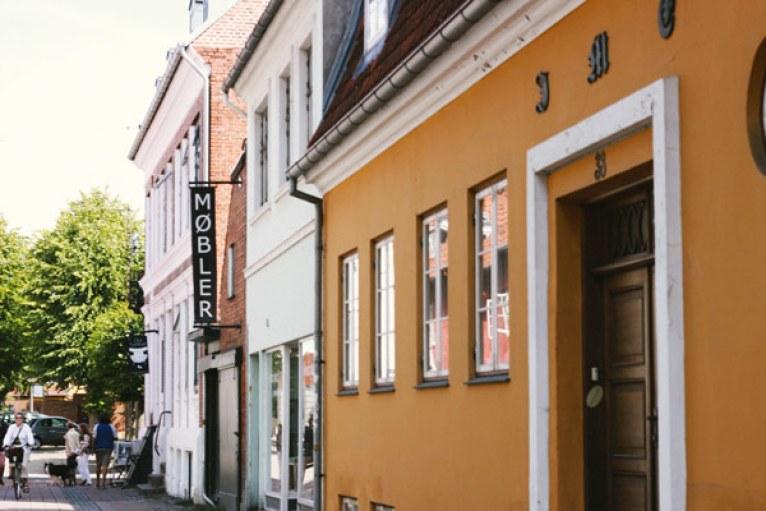 Du rose, du orange et du jaune dans le centre ville d'Helsingør
