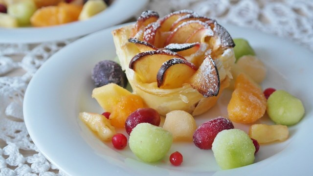 Puff pastry roses with fruit