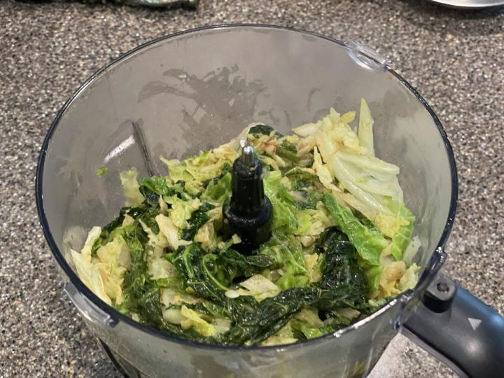 Mix the cabbage in Mixer