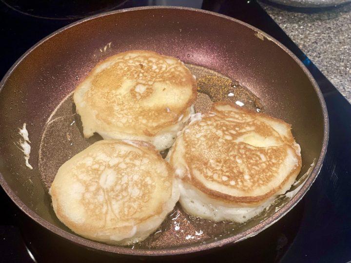 Fry Apple pancakes in vegetable oil