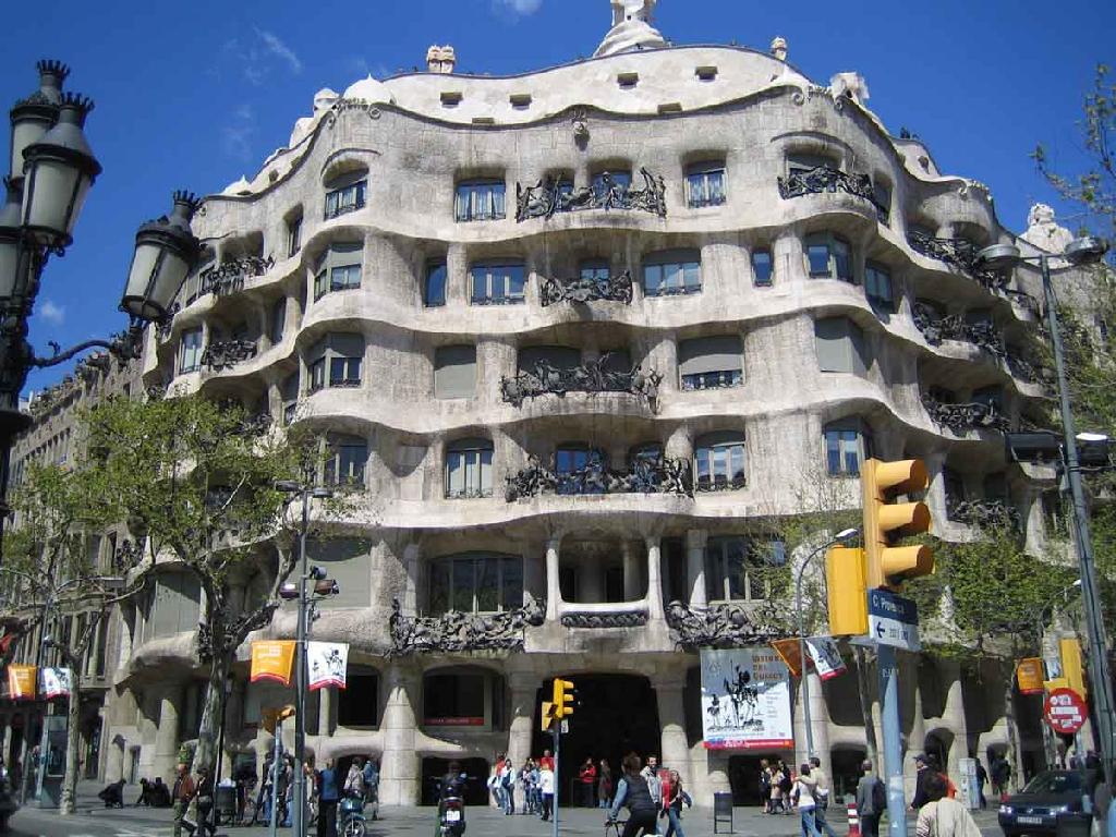 Antonin Gaudi vs Frank Lloyd WrightArt Nouveau vs Modernism  Angrylittledesigner