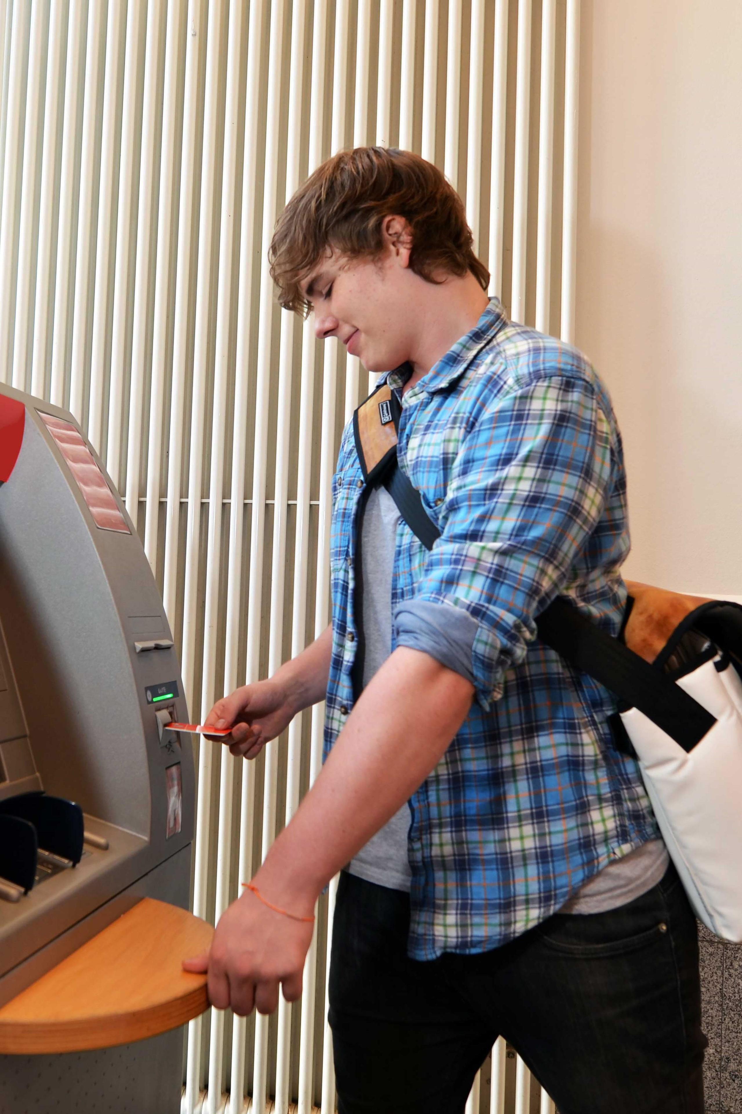 Im Rahmen des Taschengeldes sollten Jugendliche frei entscheiden dürfen, wofür sie das Geld verwenden - auch mit dem ersten eigenen Konto - Taschengeld-Paragraph
