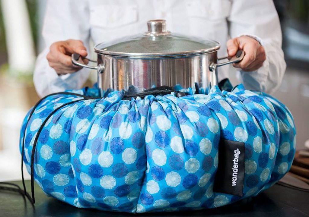 Nach dem Ankochen kommen die Speisen im Topf zum Fertiggaren in den gut isolierten Stoffsack.
