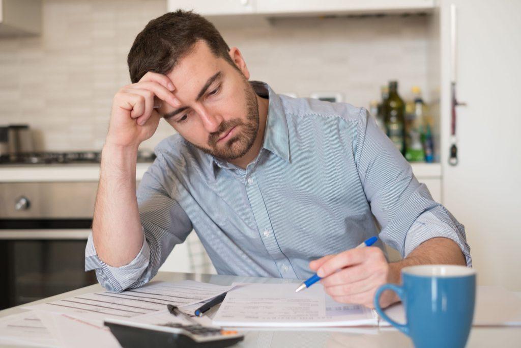 Oftmals müssen sich Verbraucher durch lange Schreiben kämpfen, um die Information über eine Strompreiserhöhungen zu finden.