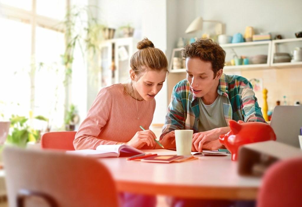 Auch vermeintlich kleine Ausgaben können sich zu beträchtlichen Summen addieren. Ein Haushaltsbuch sorgt für mehr Klarheit bei den eigenen Finanzen - Mit wenig Geld leben