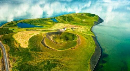 Những chiếc hố rỗng lạ lùng trong hồ cổ Iceland - 4