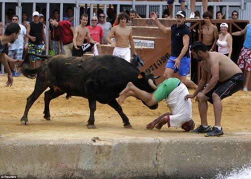 Lạ kỳ lễ hội bò tót rượt người ở Tây Ban Nha - 12
