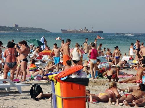 """""""Choáng"""" với những bãi biển đông nghịt người - 10"""