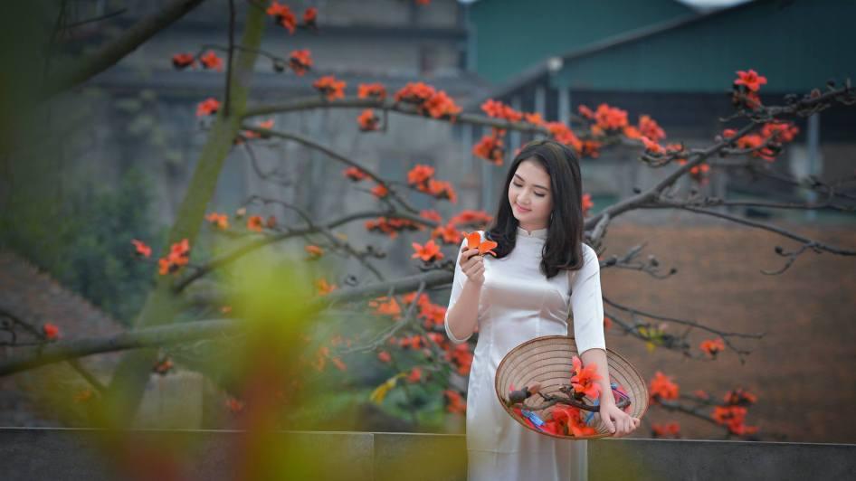 Kết quả hình ảnh cho phụ nữ đẹp bên hoa