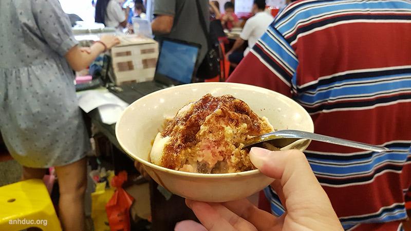 Ice Kacang - RM5 - Quán Jonker88, Malacca. Đây là món kem đá bào, có đủ mọi loại vị chuối, ngô, đậu đỏ, sữa đặc, siro màu hồng và thạch