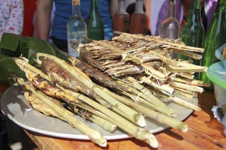 13_Cá nướng- một trong những món ăn trong gian hàng ẩm thực của các địa phương.