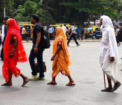 A Mumbai puoi incontrare tre santoni che camminano in fila indiana. Nessuno sa da dove vengano e nessuno sa dove vadano. Però va bene anche così perchè non si può avere una risposta per tutto