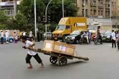 A Mumbai trovi anche chi, in mezzo al traffico, porta un carretto carico di cose misteriose. E lo trascina scalzo perchè molte cose che vedrai a Mumbai fanno male e non si possono tanto comprendere