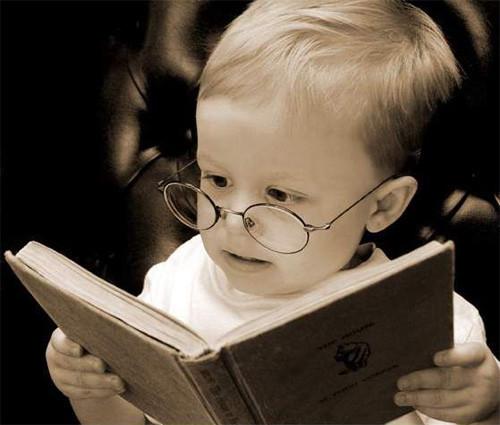 bebe leyendo