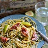 Spaghetti con acciughe salate, fichi e rosmarino