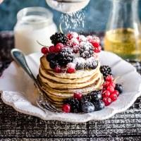 Pancakes alle patate con frutti di bosco e sciroppo di agave
