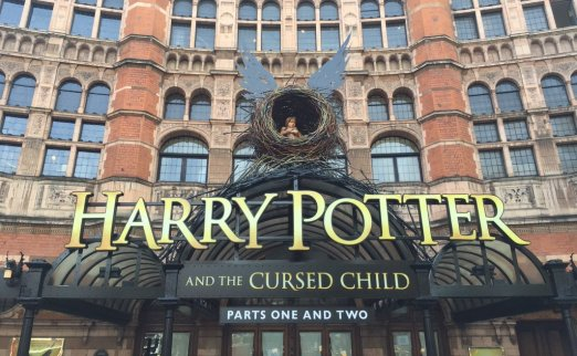 Decoração do Teatre Palace em Londres, que mostra uma criança dentro de um ninho com asas. Embaixo, o título da peça.