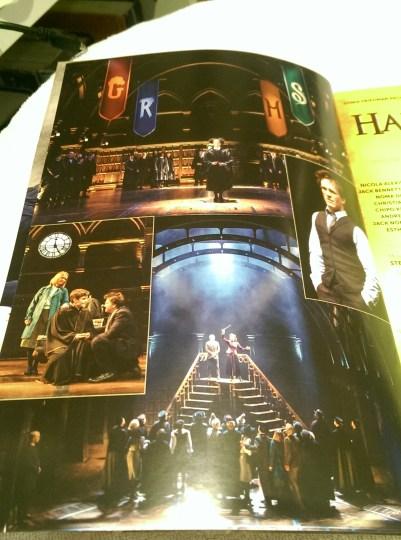 Em uma foto, Rosa é selecionada pelo Chapéu Seletor. Na outra, Harry se despede de Alvo. Em outra, dois bruxos balançam a varinha em cima de uma escada. Em outra, Harry aparece com uma expressão casual.